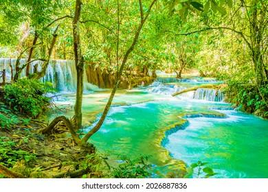 Die schönsten Wasserfälle der Welt türkisfarben Kuang Si Wasserfall in Luang Prabang Laos.