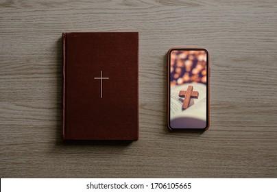 Gottesdienst von zu Hause, Online-Live-Kirche für Sonntagsservice, Draufsicht auf mobile Leinwand mit Kreuz und Bibel mit Holzkreuz
