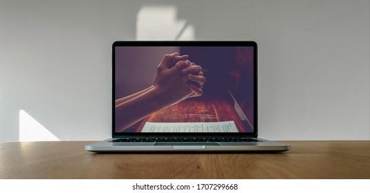 Gottesdienst von zu Hause, Online-Live-Kirche für Sonntagsdienst, Laptop-Bildschirm mit Nahaufnahme der Gebetshänder, Quarantäne für Covid 19 Situation