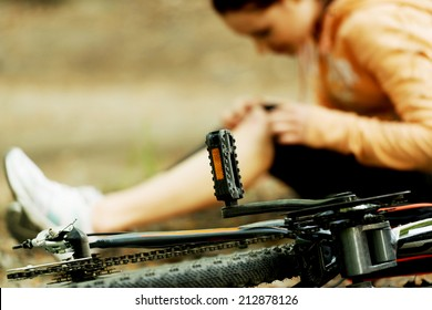 Wounded woman was falled off bicyle.