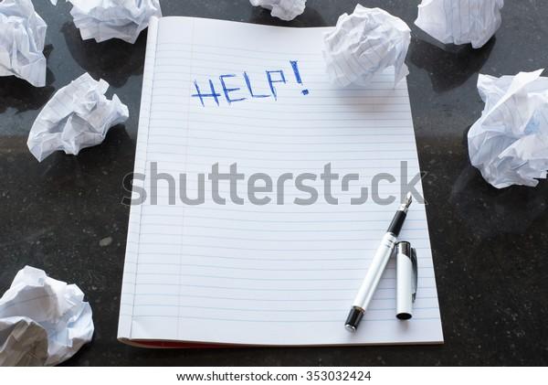 Schriftsteller blockieren. Hilfe! Schreiben. Papierklumpen. Marmor Hintergrund.