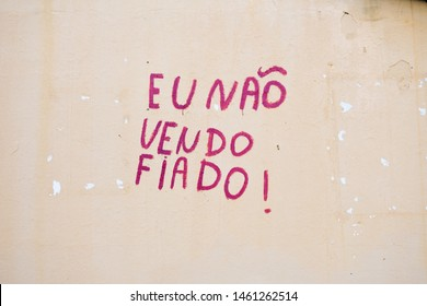 "Writing on the wall of a bar reading: ""I don't sell on credit"" in Portuguese - Oeiras, Brazil"