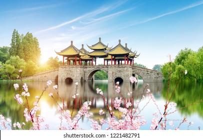 Wuting Bridge, auch bekannt als Lotus Bridge, ist ein berühmtes antikes Gebäude im Slender West Lake in Yangzhou, China.