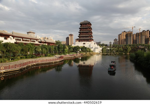 Xi 'an Seoul lake, han dynasty is a large building, water scenic area.