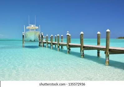 Jacht an der Holzsteg. Exuma, Bahamas