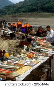 YANGTZE RIVER, CHINA - CIRCA OCT 2001 : Tourists bargain with local sellers in middle of river circa October 2001 at Yangtze River, China.