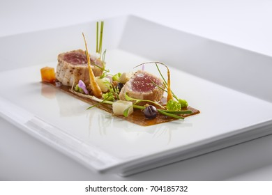 Yellow fin tuna with fresh vegetables and asia sauce