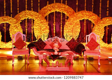 Yellow Flowers Wedding Mehndi Ceremony Stage Stockfoto Jetzt