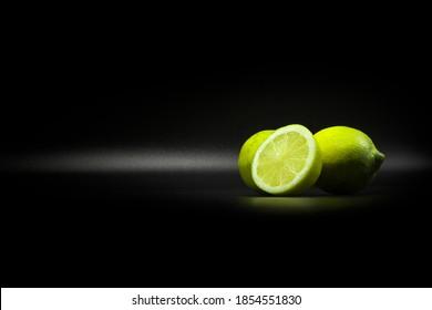 Límites verdes amarillos para los ingredientes en el fondo de la etiqueta negra