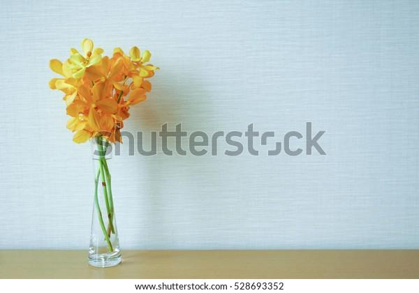 室内の黄色い蘭花の花瓶の装飾