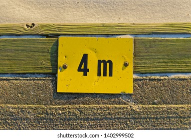 Yellow sign 4m, informing the water level