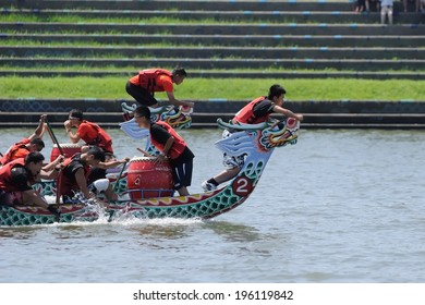 YILAN TAIWAN - JUNE 1: flag fetchers are preparing to snatch the flag. The Dragon Boat Festival on the Dongshan River on June 1, 2014 in Yilan