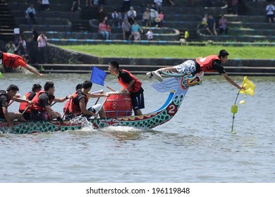 YILAN TAIWAN - JUNE 1: yellow team's flag fetcher first snatched the flag at the end point. The Dragon Boat Festival on the Dongshan River on June 1, 2014 in Yilan