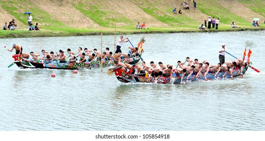 YILAN TAIWAN - JUNE 23:  Both sides of dragon boats start accelerate. Erlong Dragon boat racing festival on the Erlong River on June 23, 2012 in Yilan