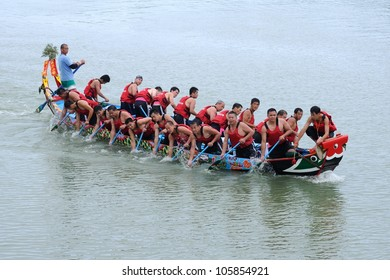 YILAN TAIWAN - JUNE 23: A team of rowers returning to the starting line. Erlong Dragon boat racing festival on the Erlong River on June 23, 2012 in Yilan