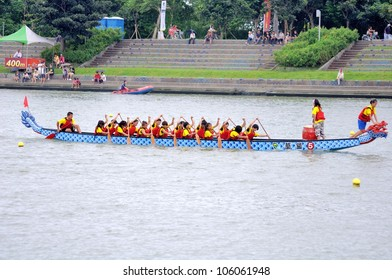 YILAN TAIWAN - JUNE 24:  Flag fetcher is ready to snatch the flag. The Dragon Boat Festival  on the Dongshan River on June 24, 2012 in Yilan