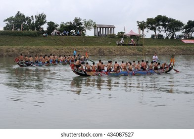 YILAN TAIWAN - JUNE 9: Two teams returning to the starting line for the dragon boat race. Erlong River Dragon Boat Race on the Erlong River on June 9, 2016 in Yilan