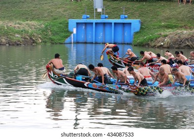 YILAN TAIWAN - JUNE 9: Two teams start accelerate. Erlong River Dragon Boat Race on the Erlong River on June 9, 2016 in Yilan