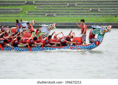YILAN TAIWAN - MAY 31: three teams start accelerate. The Dragon Boat Festival on the Dongshan River on May 31, 2014 in Yilan