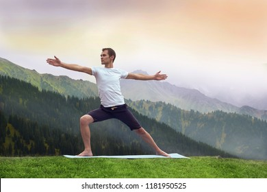 Yoga man fitnes in mountain