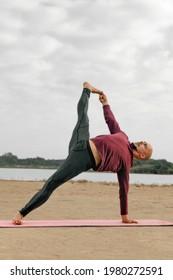 profesor de yoga haciendo postura Vasisthasana o postura del sabio Vasistha, entrenamiento y sus resultados, el yoga es una forma de vida