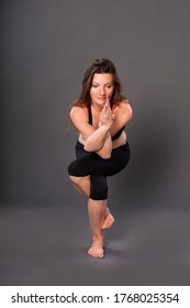 Die Yoga-Frau. Studioaufnahme. Übung, Pilates