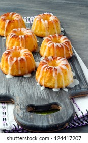 Yoghurt and lemon mini bundt cakes with glaze