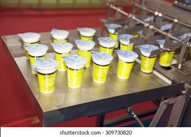 Yogurt filling and sealing machine, automatic packaging machine
