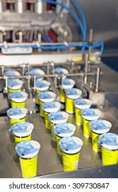 Yogurt filling and sealing machine, automatic packaging machine.