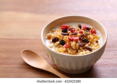 Yogurt, granola