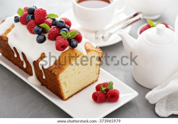 Yoghurt pond cake voor het ontbijt met glazuur en verse bessen