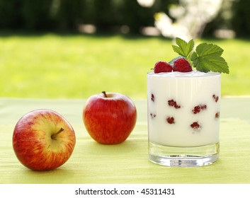 Yogurt with raspberries and apples.