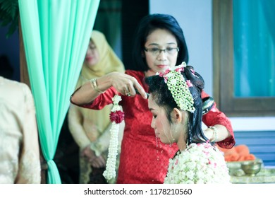 Yogyakarta 2 Oct 2018 - Beautiful asian bride is having preparation make up and hair do in Javanese traditional before getting to her wedding ceremonial and party