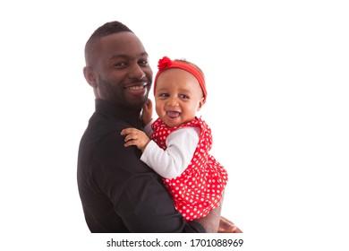 Junge afrikanische Amerikaner, die mit ihrem kleinen Mädchen festhalten