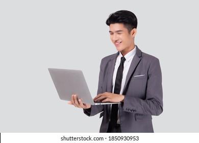 Junge asiatische Geschäftsleute, die auf Laptop-Computer online arbeiten, einzeln auf weißem Hintergrund, Geschäftsmann selbstbewusst und Notebook, freiberuflich mit Erfolg, Marketing und Kommunikation.