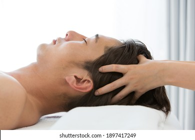 Young Asian men are head massaged.