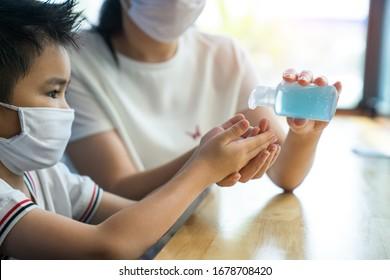 Junge asiatische Frau Coronavirus Sanitizer Alkohol Gel saubere Hand-Schutz Infektion Virus Bakterien Reiniger