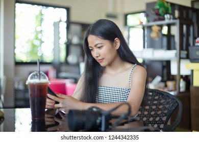 Young asian woman enjoy with the cellphone in the cafe'