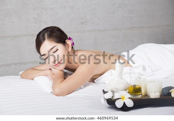 美容院のマッサージ台の上の若いアジア人女性、温泉でくつろぐ美しい若い女性。