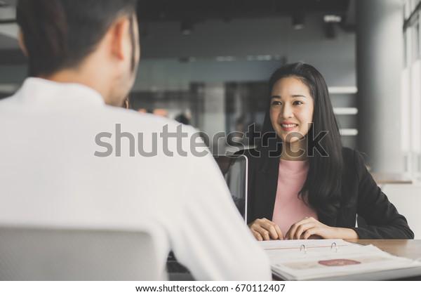 カフェで男性と一緒に働くアジアの若い女性、20歳から30歳の女性のビンテージトーン。