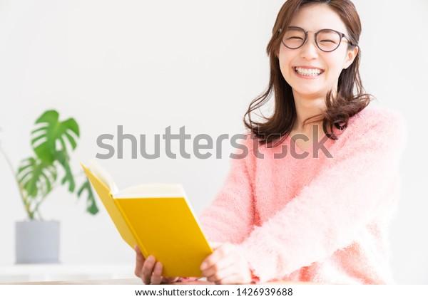 本を読む魅力的なアジアの若い女性
