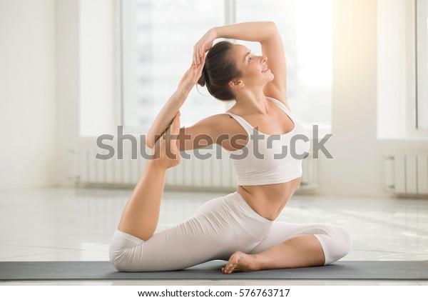 Joven Guapa Mujer Yogui Practicando Yoga Foto De Stock Editar Ahora 576763717
