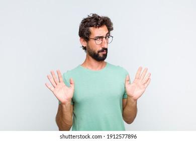 jungbärtiger Mann, der nervös, ängstlich und besorgt aussieht, nicht meine Schuld oder ich tat es nicht