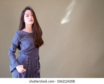 Junge schöne asiatische Tragetuch für ein Modeshooting. Modernes und funktionierendes Konzept