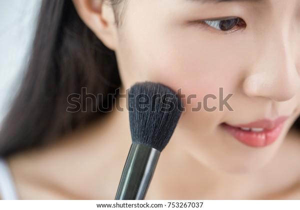 化粧をした若い美しいアジア人女性