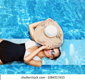 Young beautiful lady posing at swimming pool
