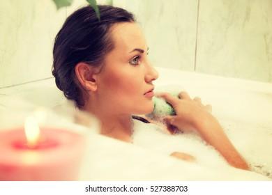 Girl animated balls bare shoulders bath bathroom bathtub-41945