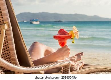junge schöne Frau genießt Sommerurlaub, Strandrelaxen, Sommer in Tropen