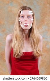 Mujer joven y hermosa silenciada con parches de cinta adhesiva