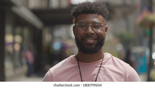 Junge schwarze Mann in der Stadt Gesicht Porträt